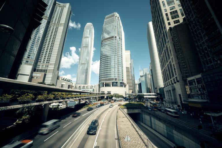 香港現地で妻を尾行する。